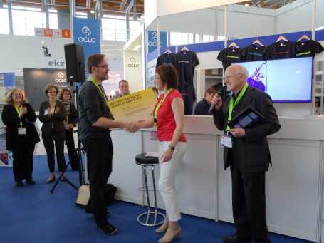 Uwe Nüstedt von der Zukunftswerkstatt übergibt den Preis an Regina Goldschmitt für