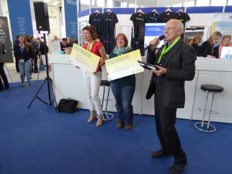 Das Abschlussbild mit dem Laudatoren Prof. Elmar Mittler und den Preisträgerinnen von Journal Touch und dem Information Expert Passport. Für letztere Gruppe hält Julia Bergmann von der Zukunftswerkstatt den Scheck ins Bild.